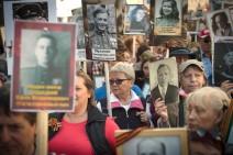 """Menschen in Moskau bei der Aktion """"Unsterbliches Regiment"""" zum Siegestag 2015"""
