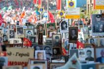 """Menschen mit Portraits auf Moskauer Straßen bei der Aktion """"Unsterbliches Regiment"""" zum Siegestag 2015"""