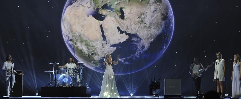 Russische Teilnehmer auf der Bühne mit Erdball im Hintergrund auf der Bühne des ESC 2015