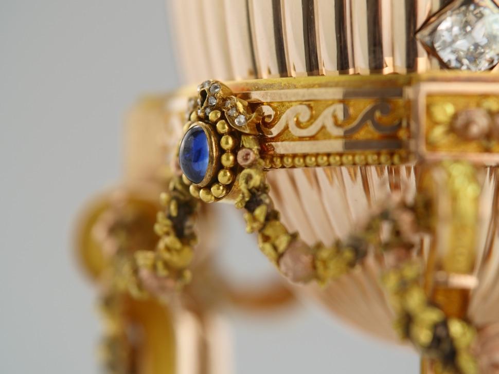 Saphire und rosa Diamanten am Faberge-Ei Uhr