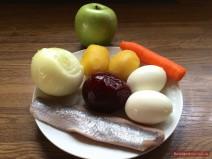 Zutaten für Hering im Pelzmantel auf einem Teller