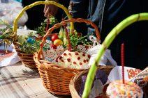 Osterbrot, Quarkspeise Paßcha und bunte Ostereier in Körbchen