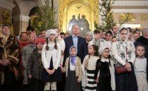 Präsident Putin mit Kindern bei der Weihnachtsmesse 2019