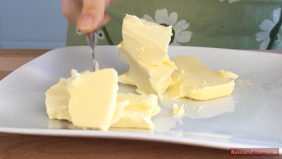 Weiche Butter in Stücke schneiden.