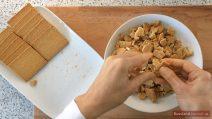 Kekse in kleine Stückchen brechen