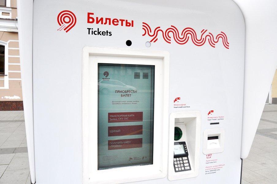 Weißer Fahrkartenautomat von Mosgortrans mit der Aufschrift Билеты, Tickets