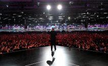 Putin spricht vor einer großen Menschenmenge