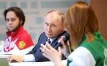 Putin am Tisch mit zwei Jugendlichen