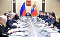 Putin am Tisch mit den Regierungsmitgliedern