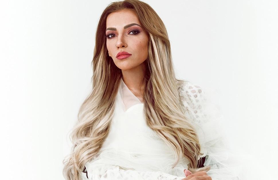 Julia Samoylova im weißen Kleid auf weißen Hintergrund