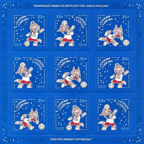 Blauer Briefmarkenbogen mit dem Maskottchen der Fußball-WM 2018 in Russland