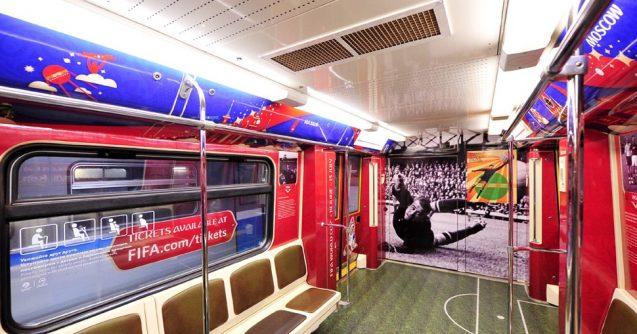Poster der Fußball-WM 2018 in Russland in dem der WM gewidmeten Zug der Moskauer Metro