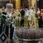 Patriarch im grünen Gewand weiht Weidenzweige