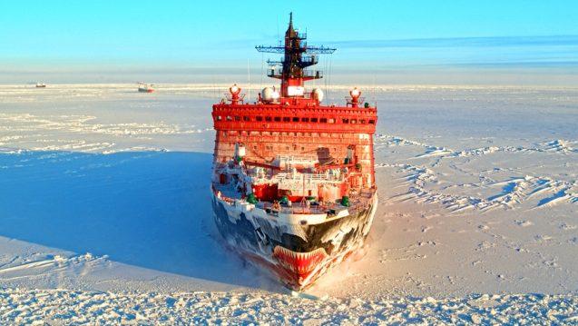 roter Atomeisbrecher auf verschneitem Eis