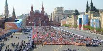 """Aktion """"Unsterbliches Regiment"""" auf dem roten Platz in Moskau mit Blick auf das Historische Museum"""
