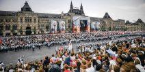 """Aktion """"Unsterbliches Regiment"""" auf dem Roten Platz mit Blick auf das Kaufhaus GUM"""