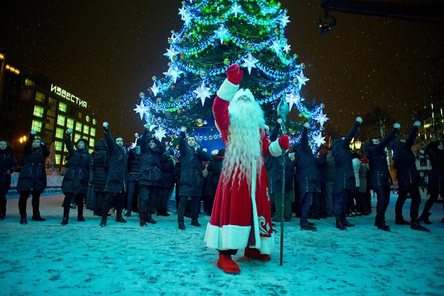 Väterchen Frost und Magier im Kampf vor einem Weihnachtsbaum
