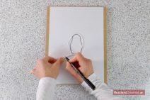 Weißer Faden auf Matroschka-Schablone mit markierter Länge