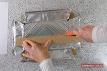 Aluschale mit dem Teppichmesser entlang der Linien schneiden