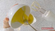 Hinzufügen der gelben Creme zur geschlagenen Butter