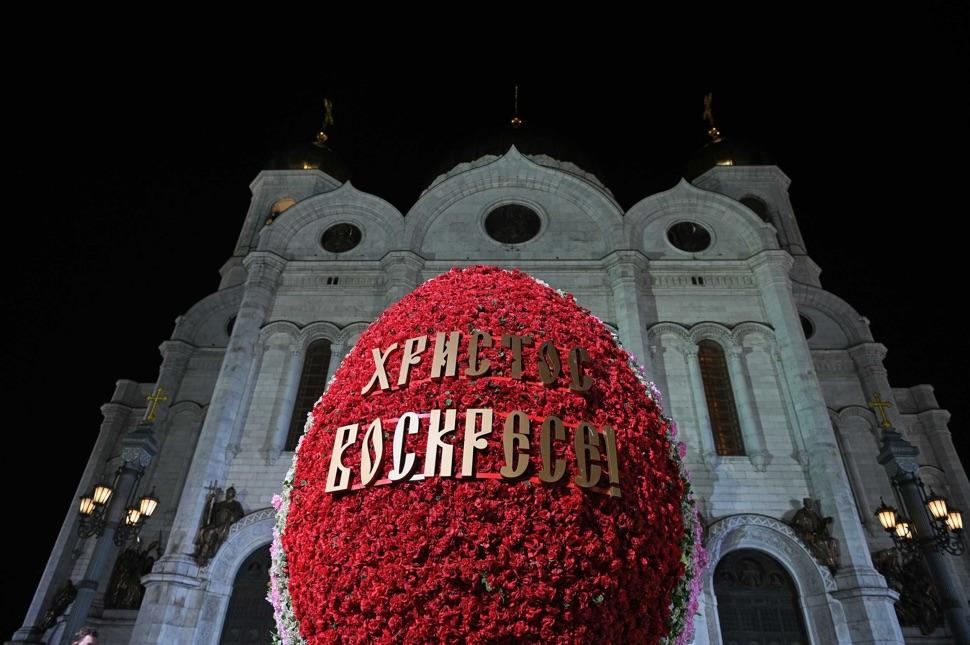 Rotes Osterei vor der weißen Christ-Erlöser-Kathedrale bei Nacht